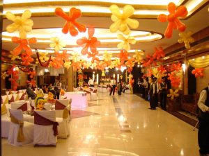 Banquet hall decorated with balloons for a birthday party by Event Management Services from Kiyoh
